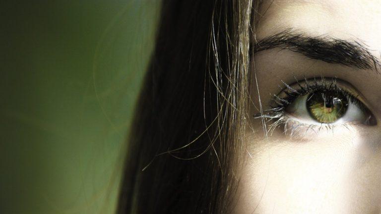 Jak dobrać korektor pod oczy?
